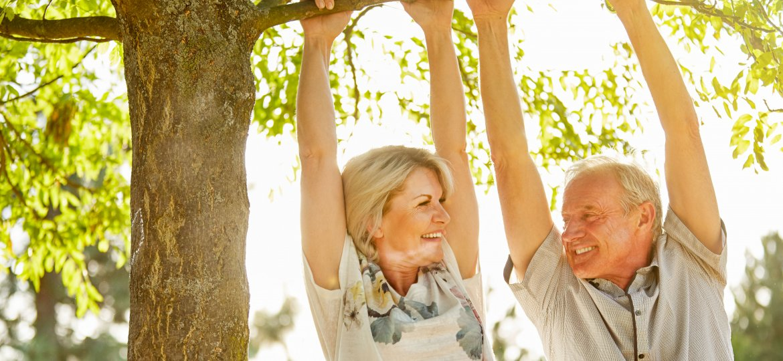 Menschen machen Sport am Baum